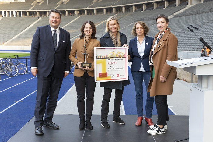 THE WANDERPOKAL WENT TO THE CAMPUS BOOK: (V.L.) SPORTSENATOR ANDREAS GEISE, PROF. HEIKE GRASSMANN, MDC, DR. CHRISTINA QUENSEL, CBB, EVA-MARIA SCHEEL, ADFC, AND ANDREA GREBE, VIVANTES, for the INITIATIVE MEHRWERT